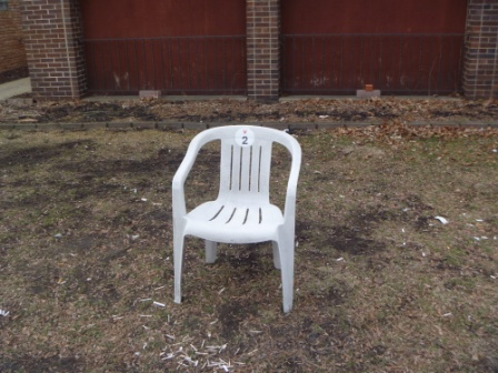 White plastic chair causes for change - Witte plastic stoel ...
